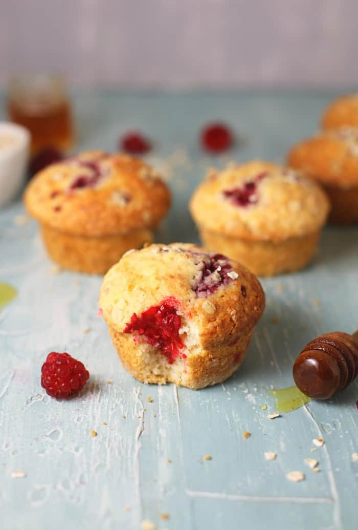 These easy and healthy Raspberry Oatmeal Muffins are a delicious breakfast! This recipe is ready in less than 1 hour and using ingredients you already have on hand. Perfect for a quick breakfast or a filling snack.
